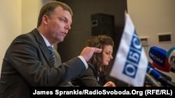 Александер Гуґ на прес-конференції в Донецьку, 14 січня 2015 року
