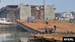 Упавший пролет моста через реку Урал. Атырау, 13 сентября 2009 года.