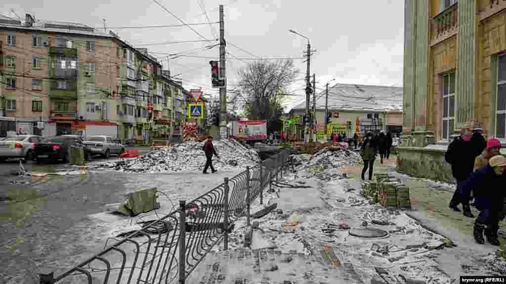 Kozlova ve Sevastopolskaya soqaqlarınıñ çaprazında Aqmescit merkeziniñ körünişi şimdi böyle
