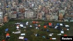 Спальники, залишені людьми, які ночували просто неба після землетрусу в Непалі, неподалік аеропорту Катманду, 28 квітня 2015 року
