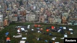 Люди у Катманду сплять під відкритим небом, Непал, 28 квітня 2015