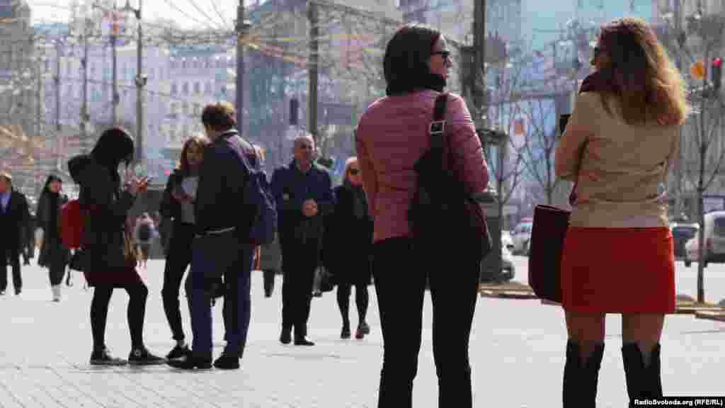 На вулицях столиці значно побільшало перехожих.