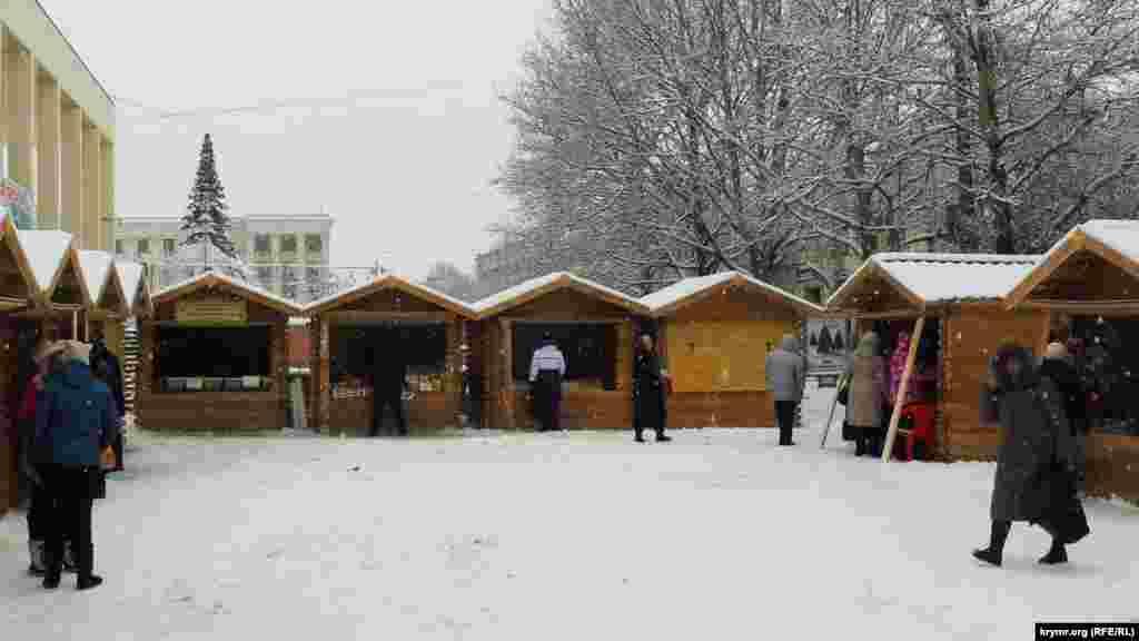 Біля Академічного музичного театру відкрили новорічний ярмарок