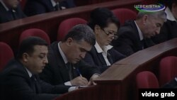 Oliy Majlis Qonunchilik palatasining yangi deputatlari prezidentning o'gitlarini qunt bilan konspekt qilmoqda.