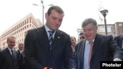 Президент компании «France Telecom» Дидье Ломбар (справа) и вице-мэр Еревана Тарон Маркарян торжественно открывают новый офис компании «Оранж-Армения» в Ереване - 5 ноября, 2009 г.