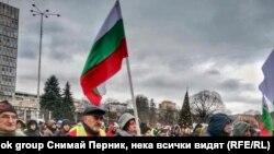 Протестиращите преминаха през центъра на Перник под звуците на патриотична музика и с национални знамена