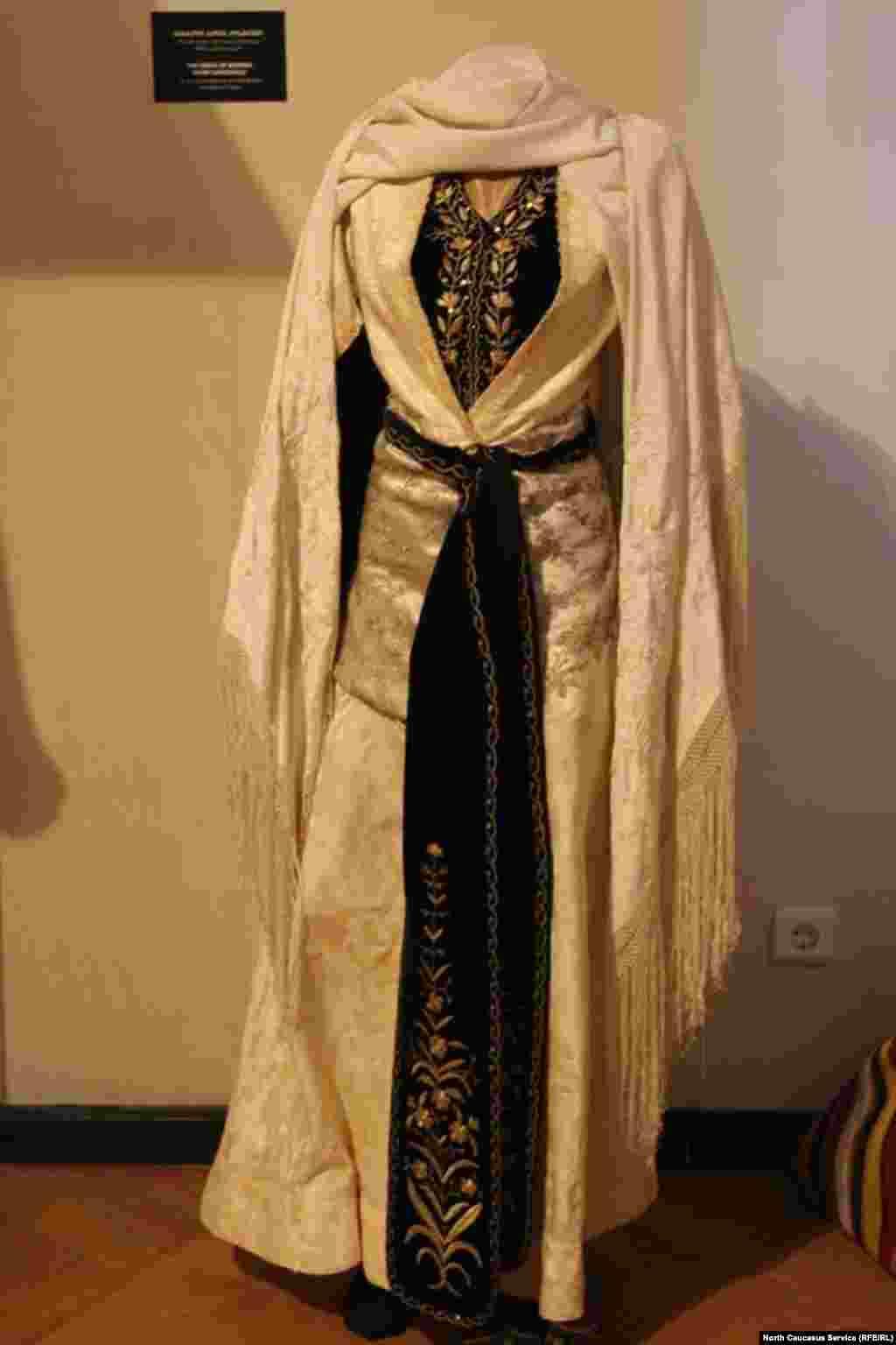 Грузинские женщины в XIX-XX вв. носили как серебряные, так и длинные тканевые пояса.