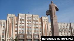 Statuia lui Lenin din fața Sovietului suprem de la Tiraspol