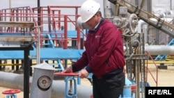 Өзен мұнай кенішінде жұмыс істеп жатқан мұнайшы. Көрнекі сурет. Маңғыстау облысы, 2008 жылдың мамыры.