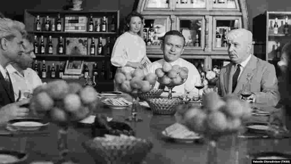 Весь підземний комплекс побудували стараннями Голіцина. На той час він являв собою одне з найкращих погрібних господарств у світі. Тунелі були призначені для дозрівання й витримки вин у дубових бочках. На фото: американський астронавт Френк Борман (у центрі) дегустує кримське вино, 1969 рік