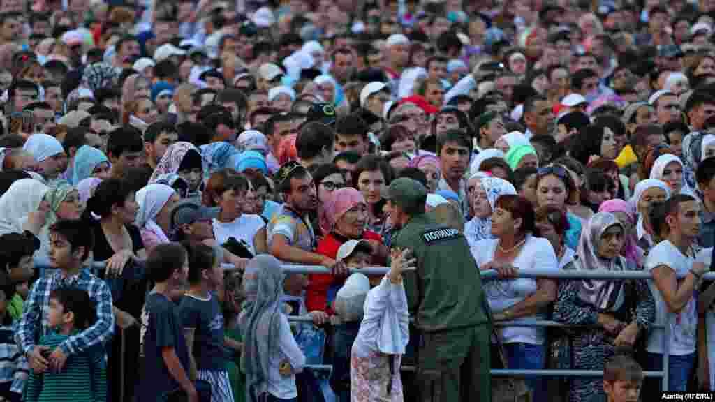 Камал театры каршындагы меңләгән халык, полиция балаларга һәм әби-бабайларга булышырга тырышта