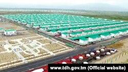 Türkmenistanda täze salnan birmeňzeş jaýlar. Illýustrasiýa suraty
