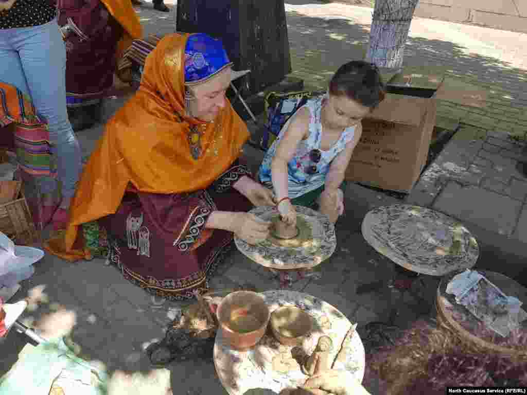 Вокруг гончарного круга балхарцев собралось много детей. Каждый хотел попробовать слепить кувшин или куклу.