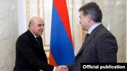 Armenia - Prime Minister Karen Karapetian (R) meets with Turkmenistan's Energy Minister Charymyrat Purchekov in Yerevan, 15Mar2017.