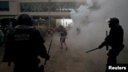 Поліція і демонстранти в аеропорту Барселони, 14 жовтня 2019 року