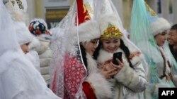 Жаңы жыл майрамында Аяз кыздын ролун аткарган кыздар
