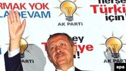 Төркия премьеры Ердоган үз яклаучыларын сәламли