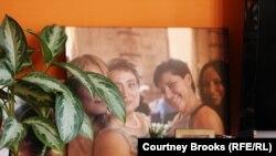 Семейные фотографии на столике в квартире Елены Гольцман. Нью-Йорк, 28 ноября 2012 года.