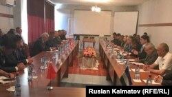 Кыргызстан жана Өзбекстан делегацияларынын Жалал-Абад шаарындагы жолугушуусу.