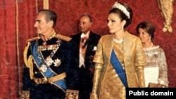 محمدرضا پهلوی، آخرین پادشاه ایران همراه با فرح پهلوی، ملکه سابق در یک مراسم سلطنتی.