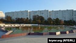 Неработающий главный фонтан в парке Победы зарастает водорослями