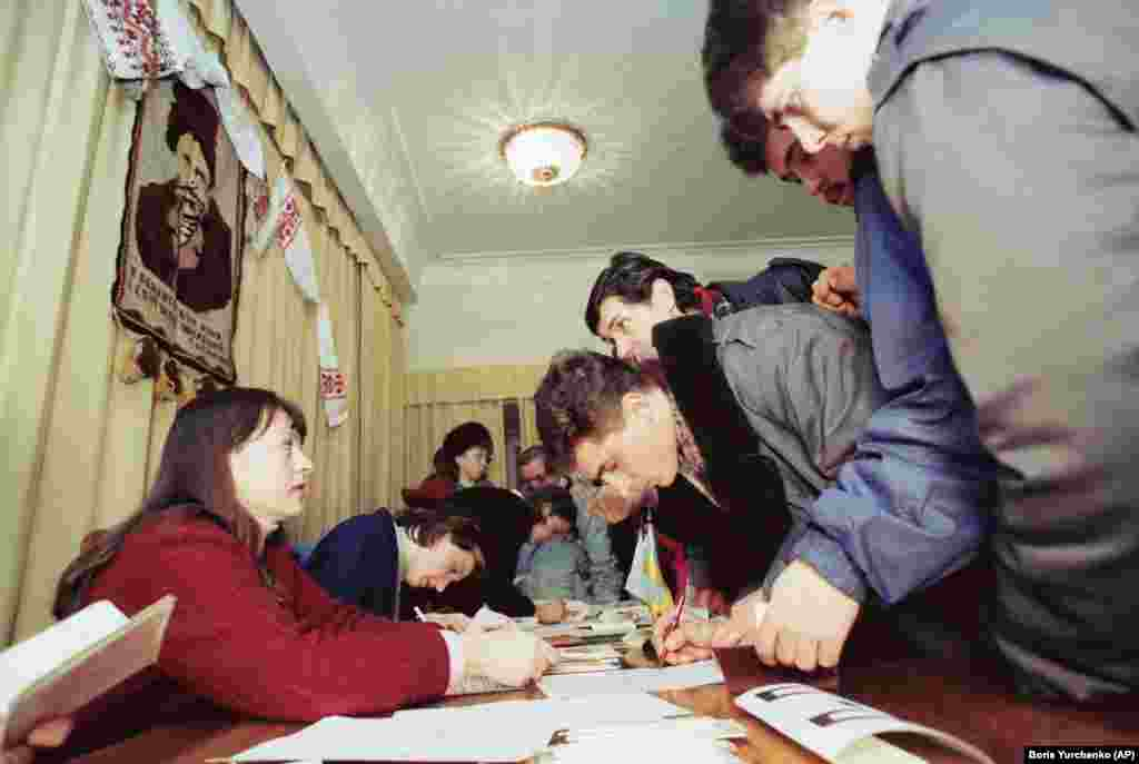У столиці СРСР– Москві– також голосували за незалежність Української держави. На фото виборча дільниця у постійному представництві України в Москві, 1 грудня 1991 року
