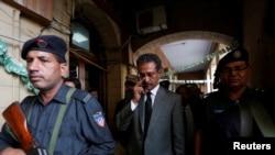 Полис Васим Ахтарро баъди овоздиҳӣ барои интихоби мири шаҳри Карочӣ ҳамроҳӣ мекунад