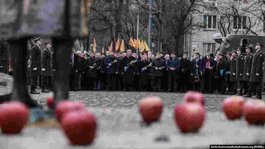 Президент Петро Порошенко, прем'єр Володимир Гройсман, представники влади покладають квіти до меморіалу жертвам Голодомору