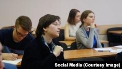 Студентке Нике Кочековской (в центре) за пикет в поддержку Сенцова грозит штраф
