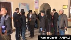 Журналисты и гражданские активисты в ожидании судебного заседания. 13 апреля 2020 года