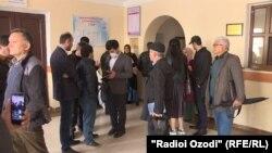Журналист Далер Шарифовнинг судига йиғилган журналист ва фаоллар, Душанбе, 2020 йил 13 апрели.