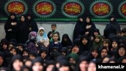 На религиозной церемонии в Тегеране памяти Фатимы – дочери пророка Мохаммеда.
