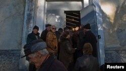 В соответствии со статьей 6 закона «О гражданстве Республики Абхазия», гражданин Республики Абхазия, не являющийся лицом абхазской национальности, не выходя из гражданства РА, вправе приобрести только гражданство Российской Федерации
