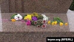 Квіти біля пам'ятника Шевченку в Севастополі, 9 березня 2018 року