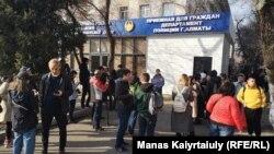 Алматы қалалық полиция департаментінің алдында ұсталғандарды босатуды талап етіп тұрған адамдар. 1 наурыз 2020 жыл.
