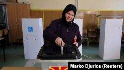 Жінка голосує на референдумі в Скоп'є. 30 вересня 2018 року