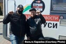 Яўген Разьнічэнка (справа) разам зь Сяргеем Ціханоўскім, архіўнае фота