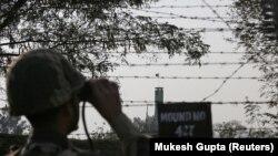 Пограничник вооружённых сил Индии на границе с Пакистаном