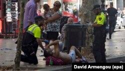 Las Ramblasda yaralıya yardım edilir