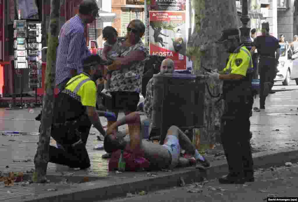 """Кем дегенде 13 адам мерт болғантеракті кезінде қылмыскерлер фургон көлігімен адамдарды таптаған. Терактіні """"Ислам мемлекеті"""" террорлық ұйымы (ДАИШ - Қазақстанда тыйым салынған) мойнына алды."""