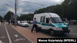 Полицейский микроавтобус и сотрудник полиции на проспекте Абая вблизи пересечения с улицей Байтурсынова. Алматы, 12 июня 2019 года.