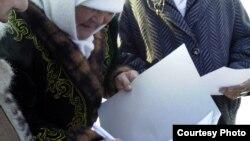 Жаңаөзен әйелдері әкімдік жанында шеру өткізу үшін қол жинап тұр. Фотоны блогшы Дина Байділдаева түсірген. 13 ақпан 2012 жыл.