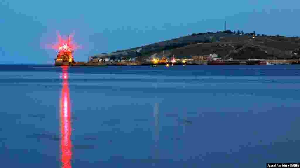 Красный огонь рейдового поста в морском порту Феодосии