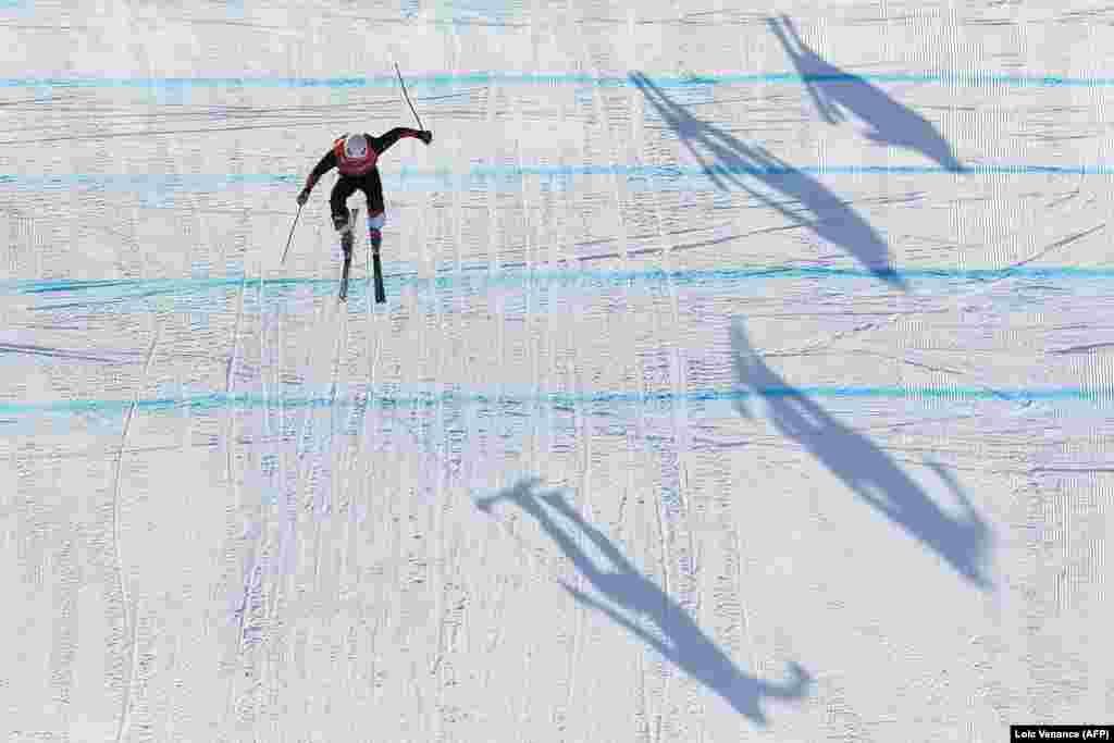 Фрі-стайл: Спортсмен із Швейцарії Армін Нідерер під час змагань зі скі-кросу серед чоловіків. Золоту нагороду Олімпійських ігор-2018 завоював канадець Бреді Леман