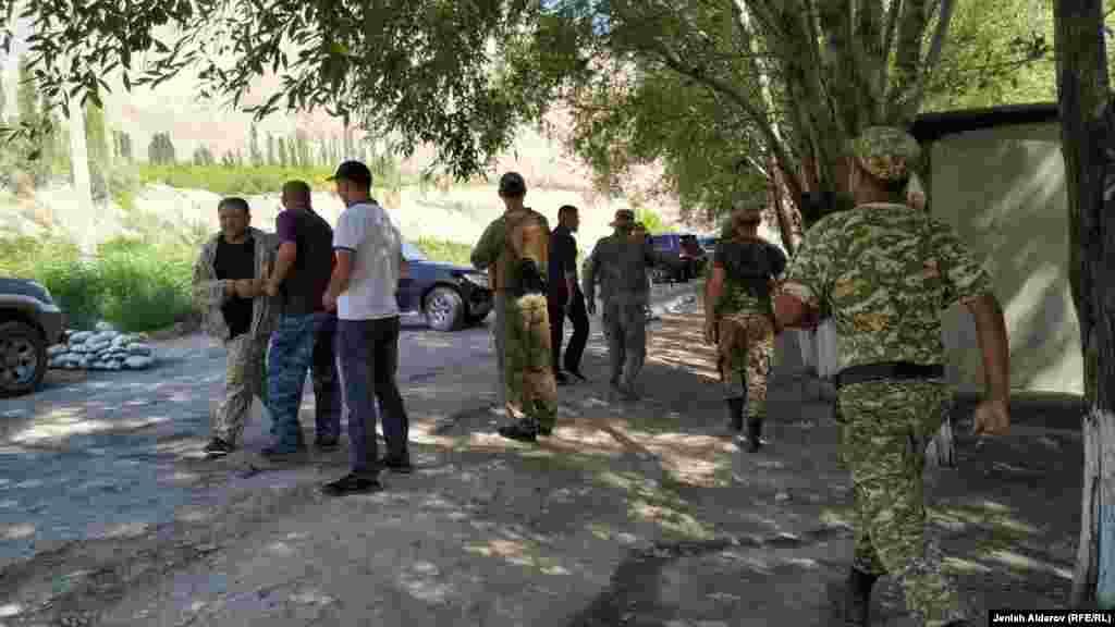 Чатак чыккан жерде Кыргызстандын чек ара кызматынын аскерлери жүрөт. Эки тарап чырдын себептерин иликтеп, жаңжалдын уланып кетпеши үчүн алдын алуу иштерин жүргүзүп жатат.
