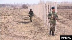Өзбекстан чек араны бир тараптуу тосууну 2006-жылы эле баштаган. Сүрөттө: чек ара тилкесиндеги кыргыз чек арачылары, Баткен облусу.