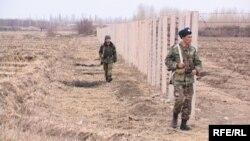Кыргыз-өзбек чегиндеги кыргыз чек арачылары. Баткен, Кадамжай району.