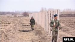 Баткендеги кыргыз-өзбек чек арасы. Өзбекстан ушинтип расмий тааныла элек чек араны тосуп алган.