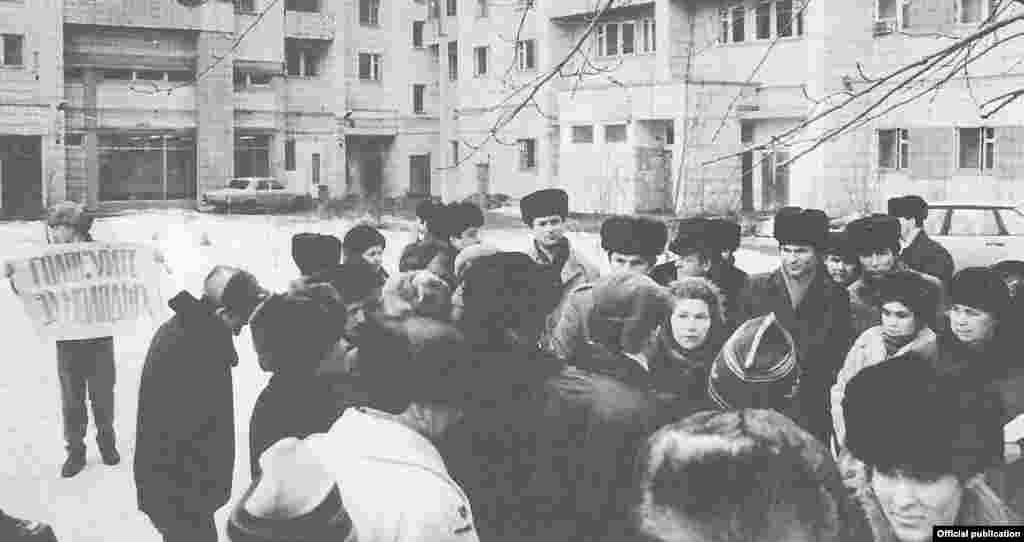 1990 елның беренче өч аенда РСФСР Югары Советына сайлау алды кампаниясе бара. Сайлау комиссияләре оештырган гадәти җыелышлардан аермалы буларак, кешеләр яшәгән урыннарда шундый гайре рәсми җыеннар да уза