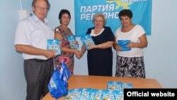 Регіонали вручають «Дневник крымского школьника» (фото офіційного сайту Партії регіонів)